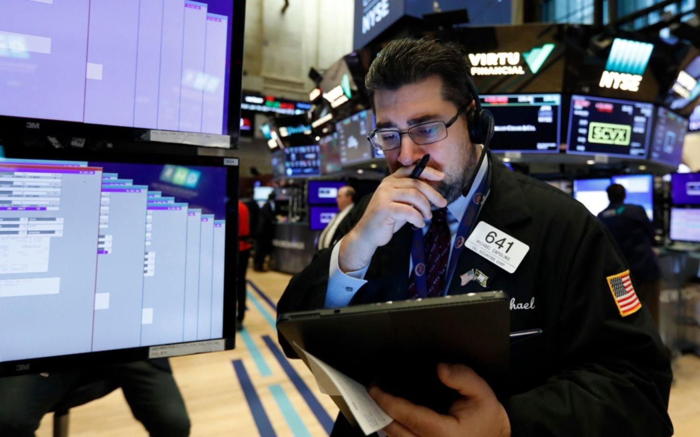 Se desplomaron las principales bolsas del mundo por los rebrotes del Covid-19 y la crisis bancaria