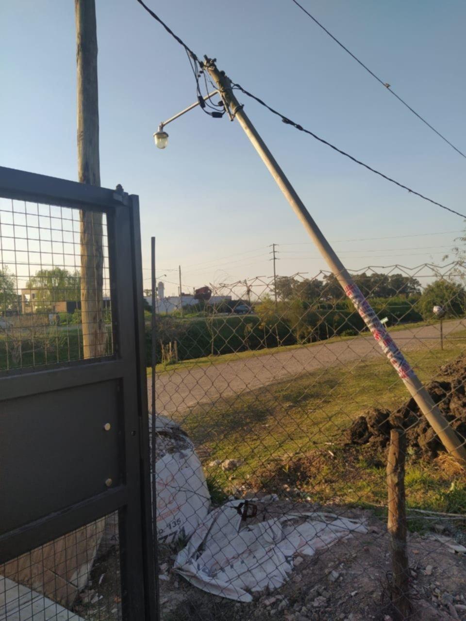 Un poste estuvo a punto de caer en Villa Castells: lo cambiaron a tiempo