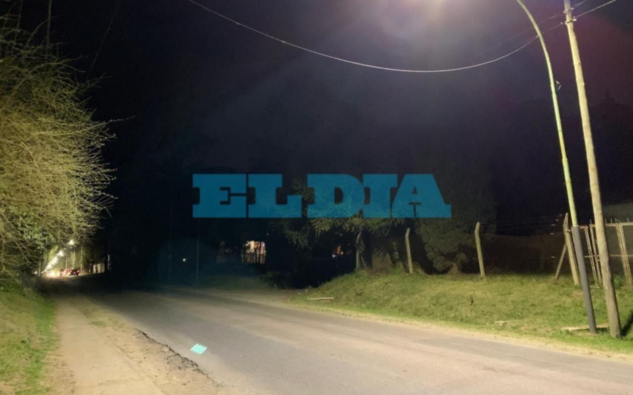 """Advierten que faltan 4 lámparas led en Arana, entre 12 y 13: """"Una boca de lobo"""""""