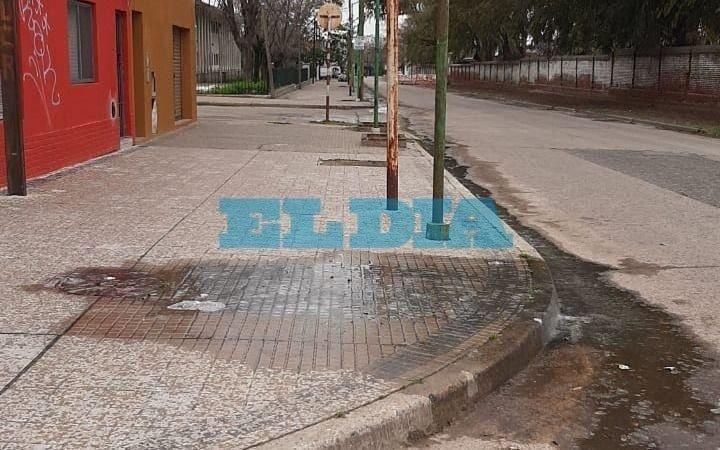 Un desborde cloacal mantiene en jaque a vecinos de Barrio Hipódromo