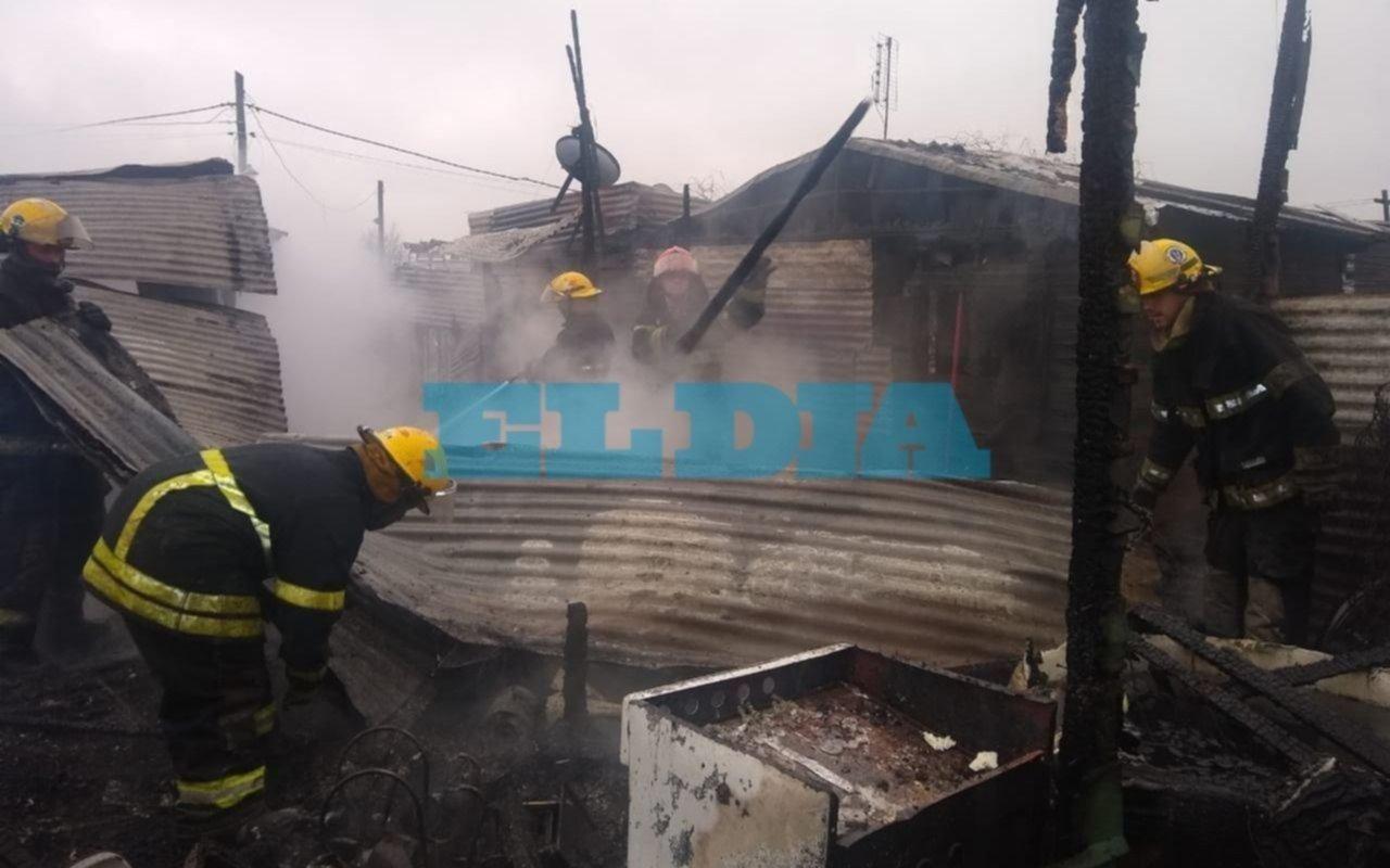 Un incendio en el barrio Santa Teresita dejó a dos familias en la calle