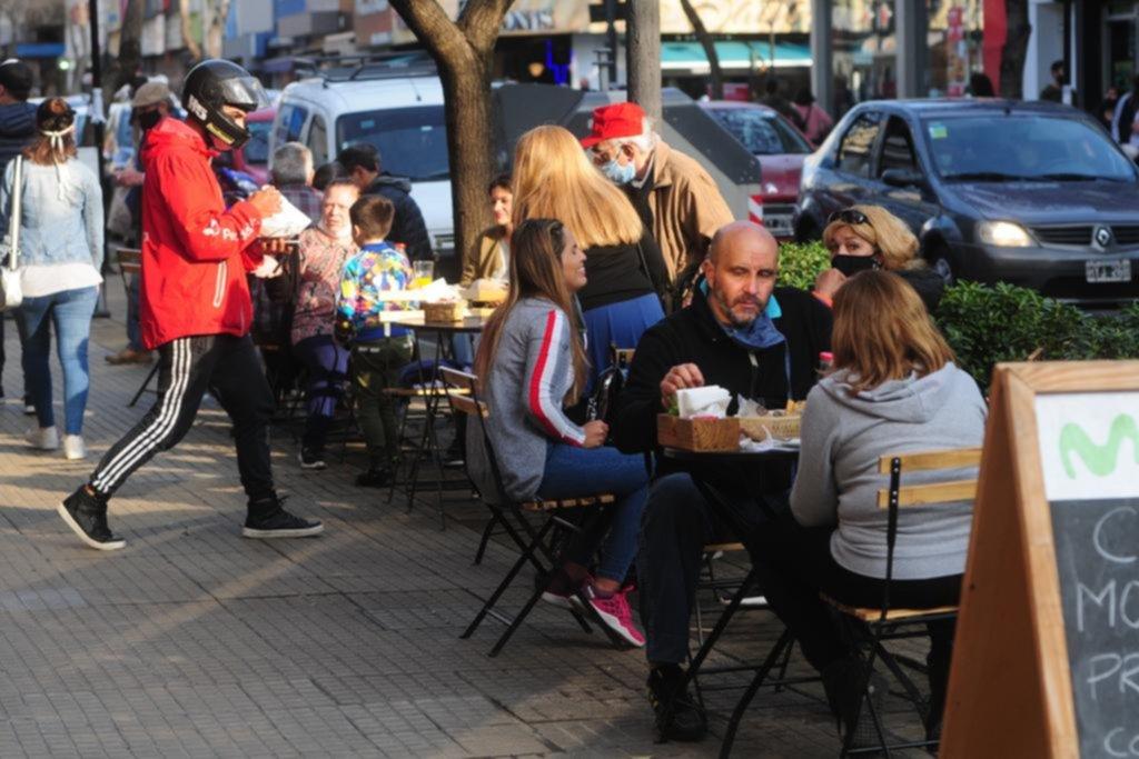 Con sillas y mesas al aire libre, la gastronomía ya se mueve a otro ritmo en plena pandemia