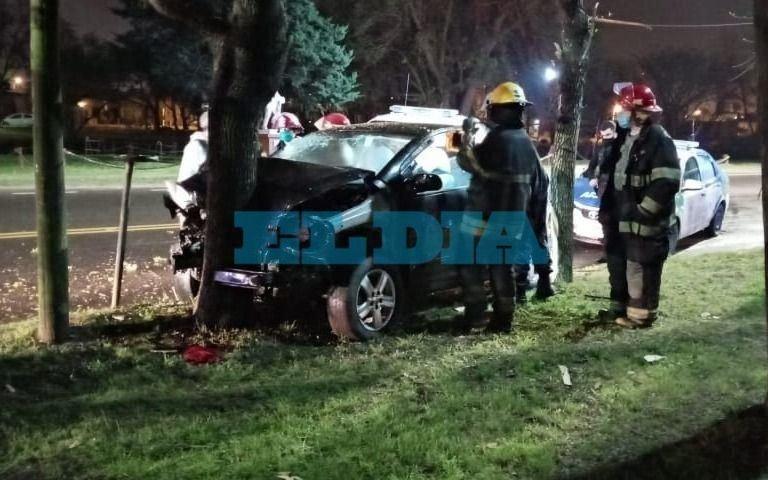 Intentaron escapar de la policía y dieron de lleno contra un árbol