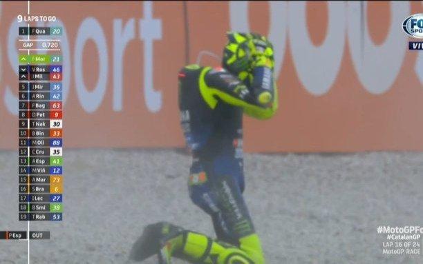 Se cayó Valentino Rossi y aparecieron los memes de la tristeza