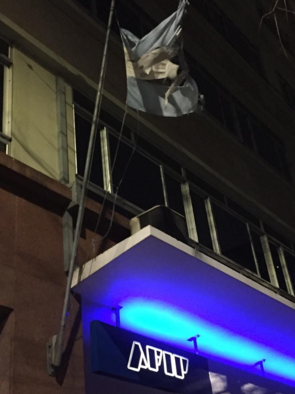 """""""Cómo duele..."""": vecinos sorprendidos por el estado de la Bandera Nacional en una sede de la AFIP"""