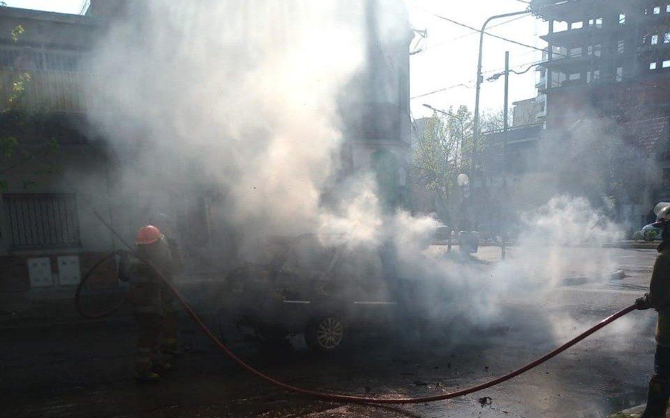 Susto nomás: se incendió un auto en 20 y 44 y su conductora salió ilesa