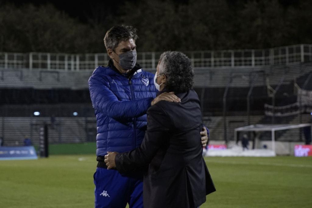 Saludos y abrazos entre Pipo y Pellegrino y también entre los cuerpos técnicos
