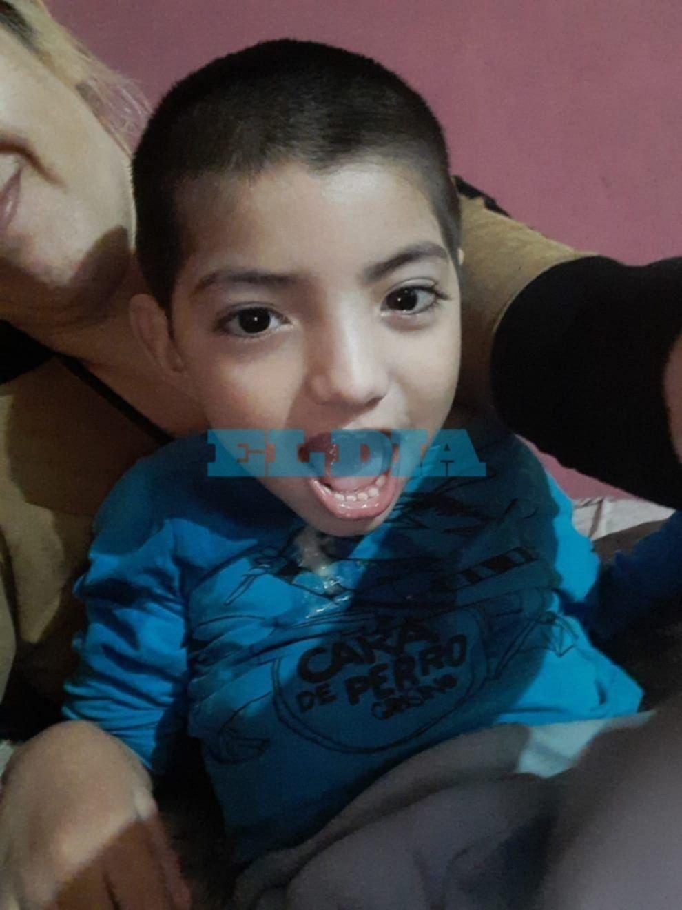 Reclamo a IOMA por un nene platense con cuadriplejia que necesita una silla especial