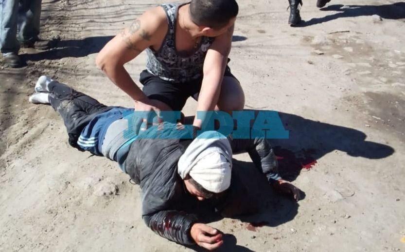 La Plata: vecinos atrapan y casi linchan a un motochorro que intentó robarle a una vecina