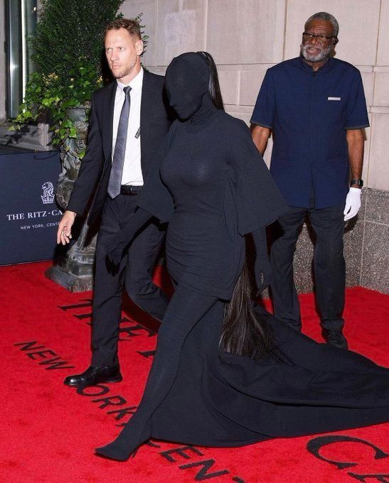 "Con un ""black total"", Kim Kardashian se robó todas las miradas en la gala MET"