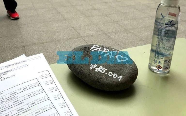 La Plata: llevó una piedra a la mesa de votación para homenajear a su papá fallecido por coronavirus