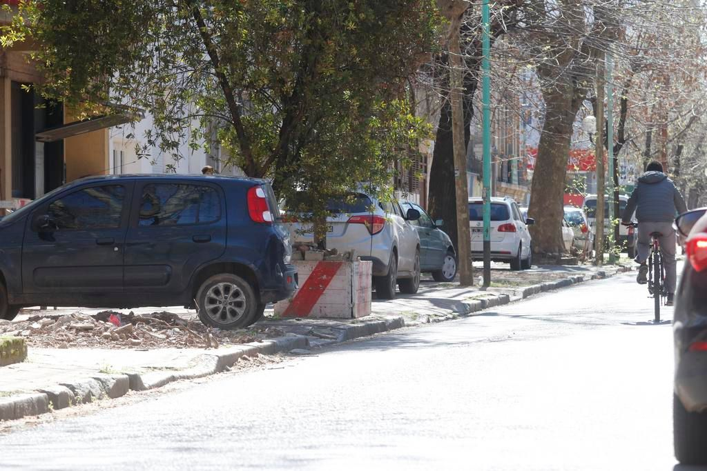 Un barrio donde gana el caos: veredas tomadas y embotellamientos