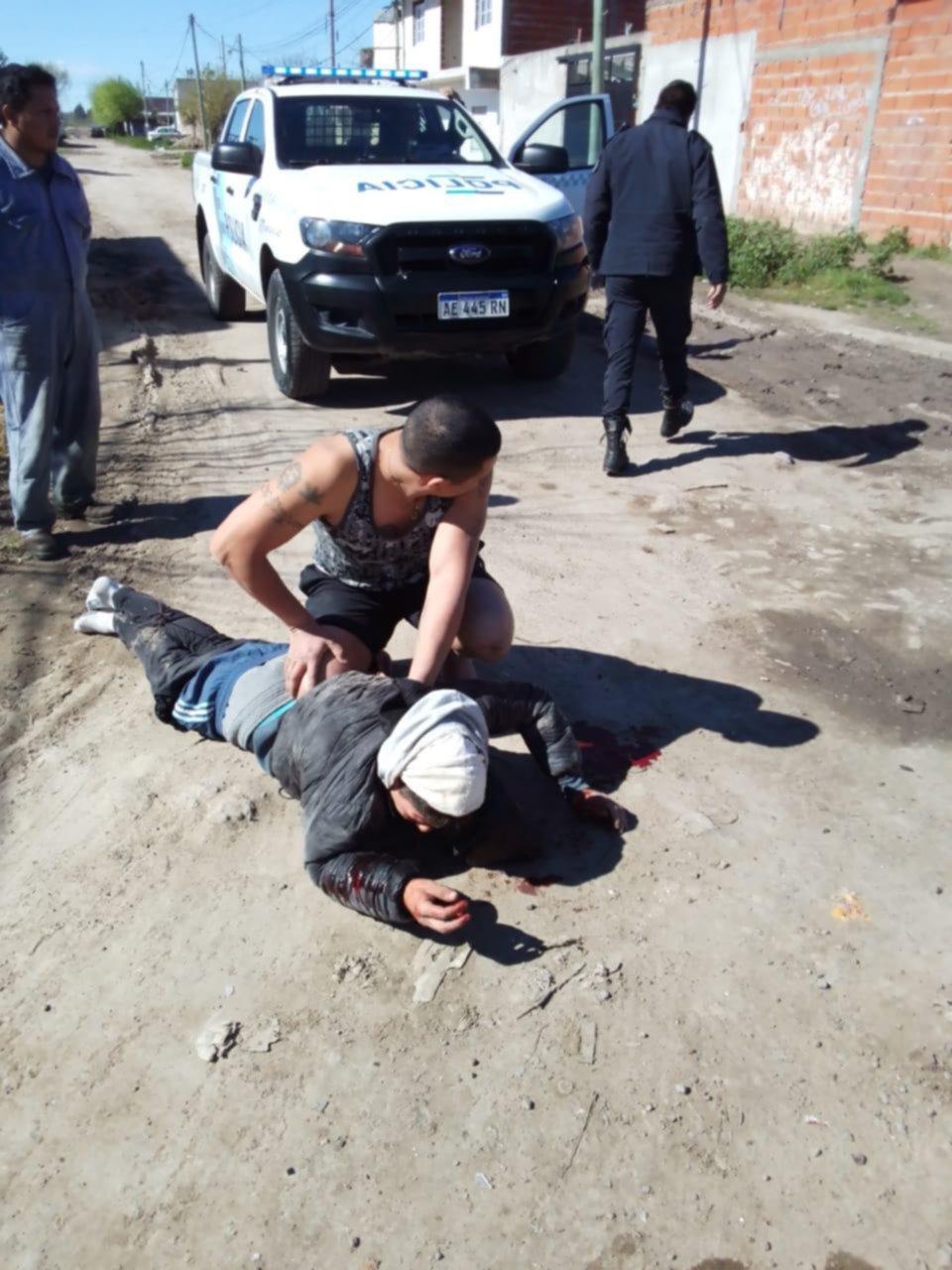 Hartos de la inseguridad, golpearon a un ladrón en Romero y lo ataron con alambre