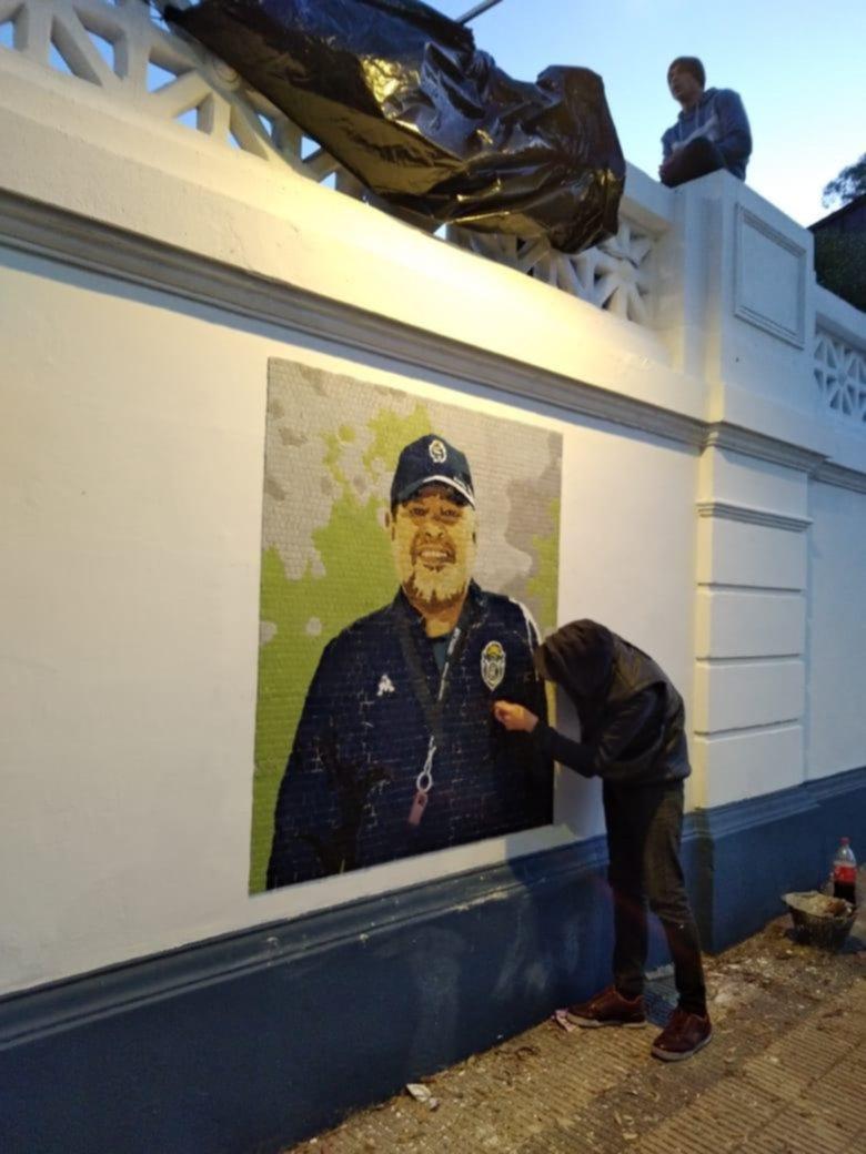 Se inaugura el mural en homenaje a Maradona en el estadio del Bosque