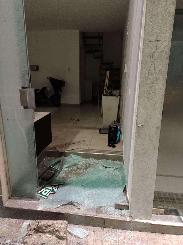 Destrozó la vidrierade dos negocios del Centro para llevarse dinero perocayó preso