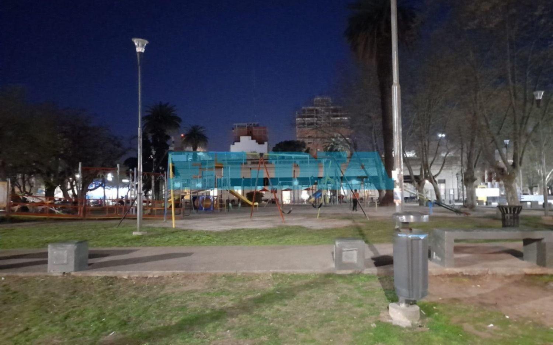 """Denuncian que """"todas las luces están apagadas"""" en Plaza Malvinas"""