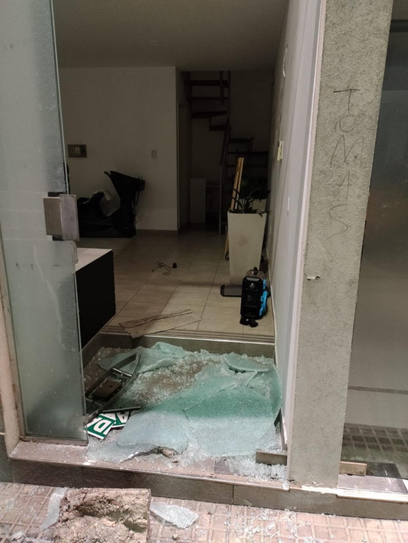 Destrozó dos vidrieras y quiso escapar en micro: preso