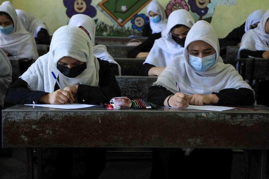 Los talibanes atrasan: no dejan volver a clases a las niñas