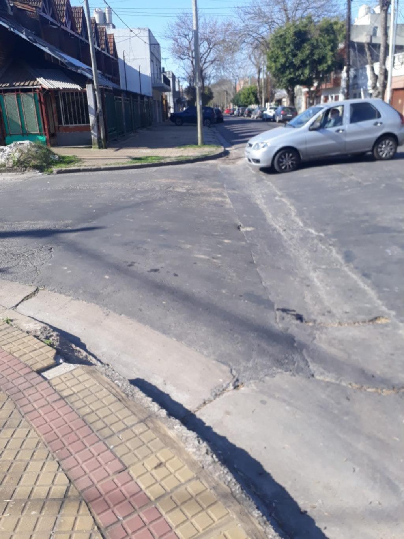 Una cuneta que rompe autos en la esquina de 23 y 58