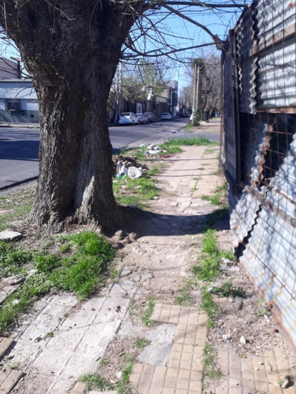 Insólito: una vereda no apta para el paso peatonal