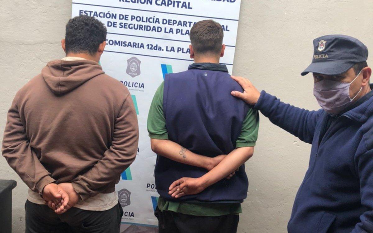 """Detienen a dos """"robaruedas"""", entre ellos un menor de edad, en Villa Elisa"""