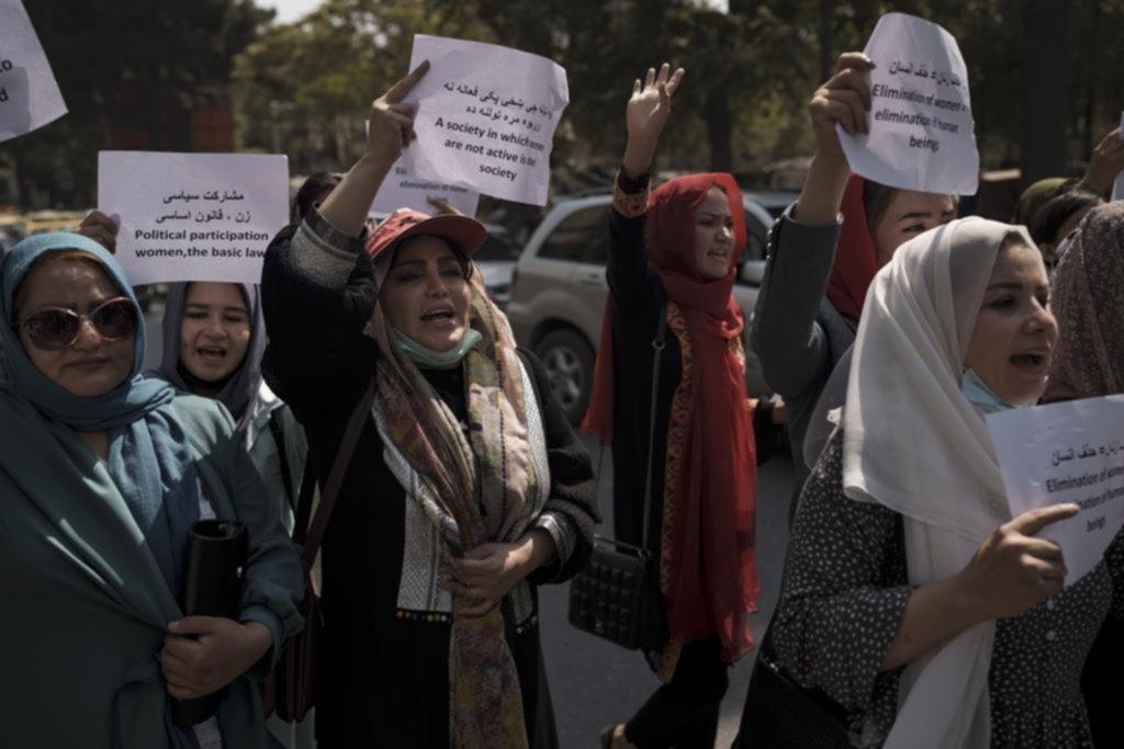 Oficinas sin mujeres: otro avance talibán en Afganistán