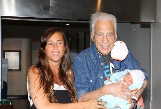 Cormillot, papá a los 83, se mostró con el pequeño Emilio
