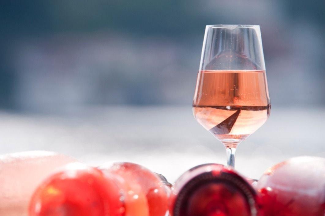 Para recibir a la primavera, es ideal un vino rosado