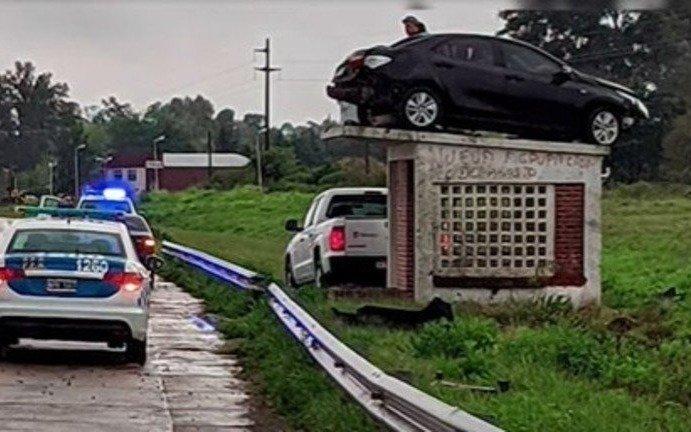 """Insólito accidente con un """"auto volador"""": terminó arriba de una parada de micros"""