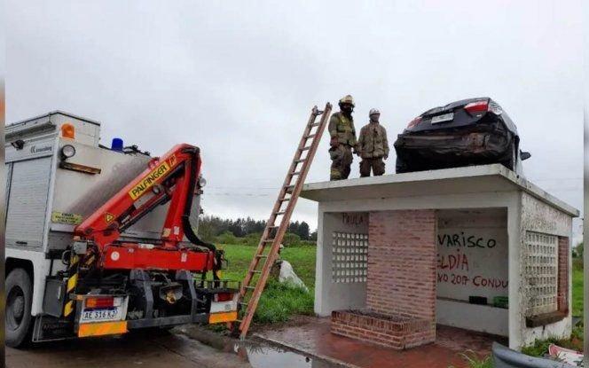 """Cómo retiraron el auto que """"voló"""" y quedó arriba de una parada de micros"""