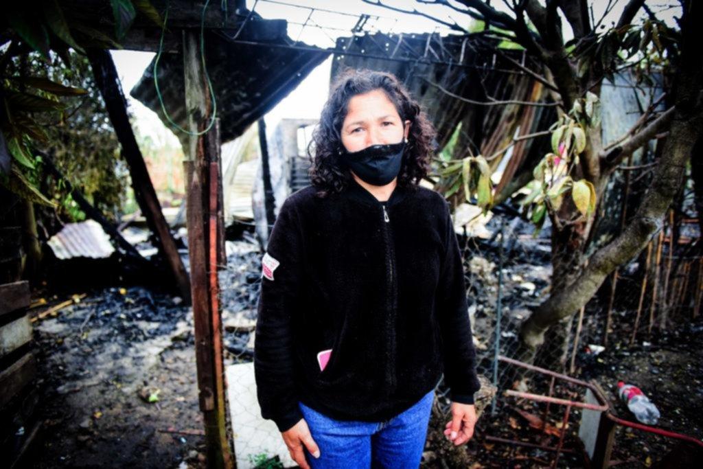 Rescató con su hijo a un vecino que estaba atrapado en un incendio, en Los Hornos