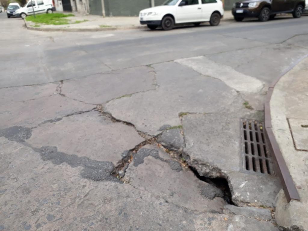 Peligro al desmoronarse el pavimento en 17 y 45