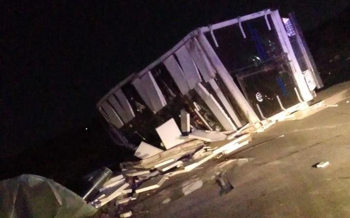 Otro accidente en larotonda de Brandsen: ahora volcó un camión que transportaba carne