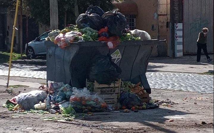 """Contenedores """"explotados"""" de basura en 1 y 528: denuncian que llevan 2 días sin recolección"""