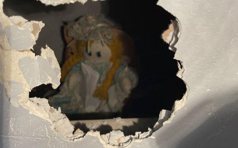 Se mudó y halló una muñeca diabólica y una carta de muerte en la pared