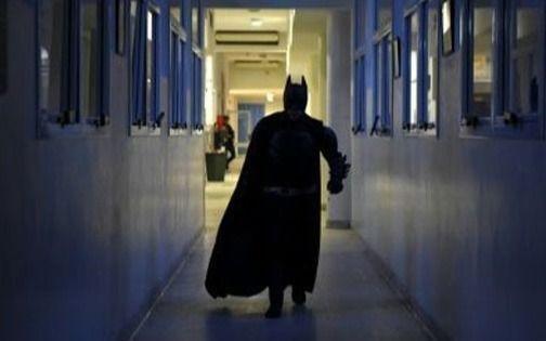 El Batman platense, tras una nueva meta solidaria