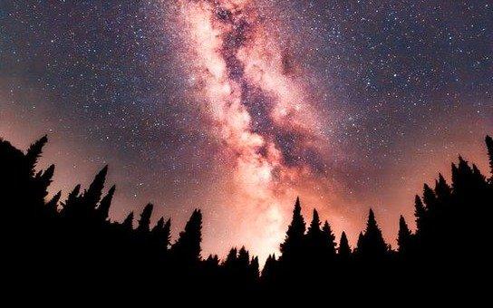 Astrónomos descubren una cavidad gigante en la Vía Láctea, rodeada de dos nebulosas
