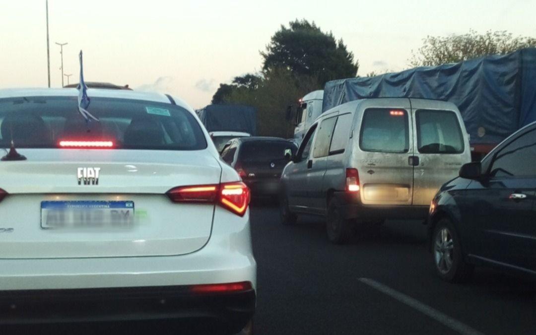 La Autopista fue un caos por el traslado de una columna de destilación: el tránsito ya fue liberado