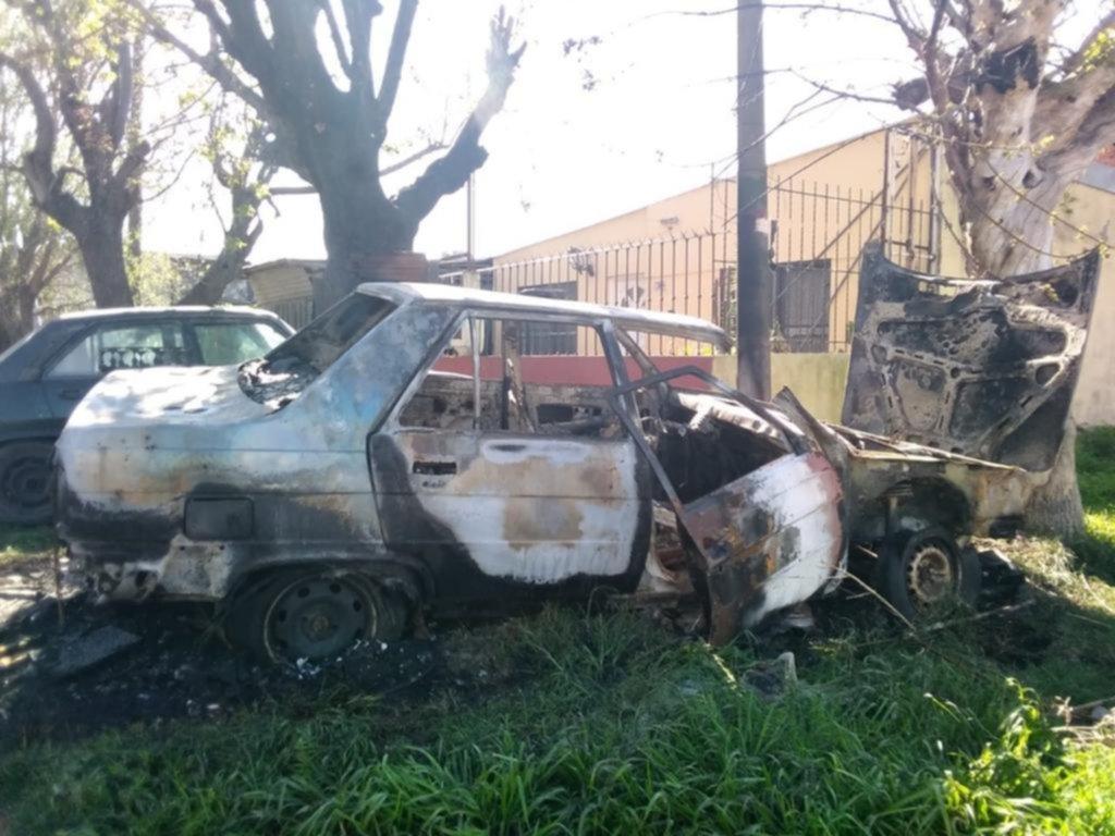Una de quemacoches en Ringuelet: incendiaron un auto y el fuego avanzó
