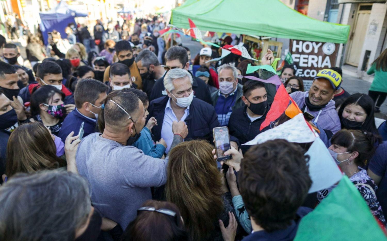 Modo campaña: Alberto Fernández se metió entre la gente en una feria en Dock Sud