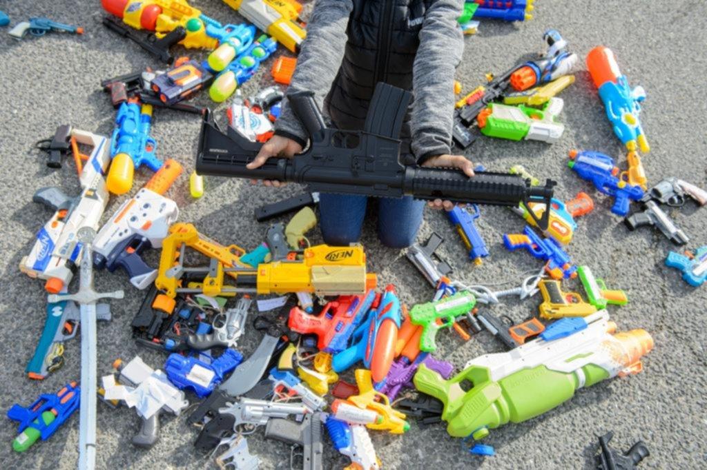 Infancia: ¿Es peligroso que los niños jueguen con armas?