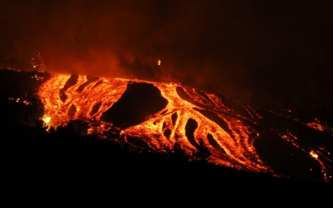 Tremendas imágenes: la lava del volcán de La Palma entra en contacto con el mar