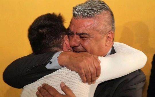 """Los motivos del largo abrazo entre """"Chiqui"""" Tapia y Messi"""