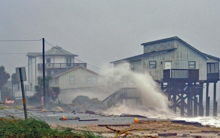 Tras causar dos muertes, el huracán Michael baja de intensidad