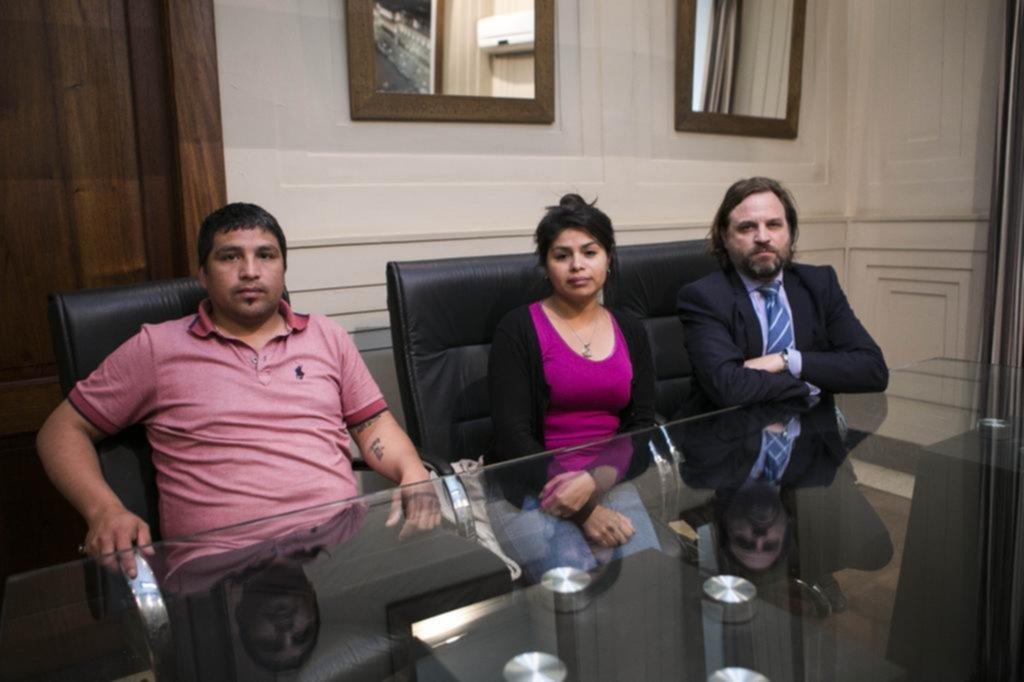 Mientras el joven electrocutado pelea por su vida, la familia exige una investigación