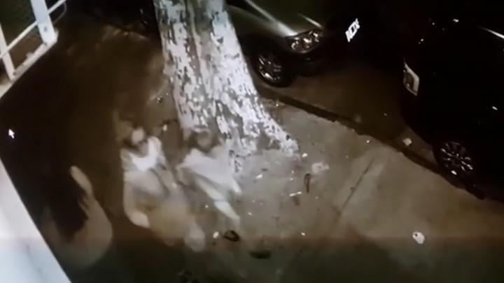 Madre degolló a su hija en plena calle y buscó en un tacho un cartón para taparla