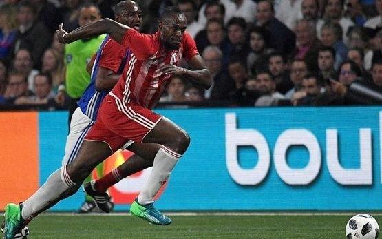 Usain Bolt ahora la rompe en el fútbol: figura y goleador de su equipo