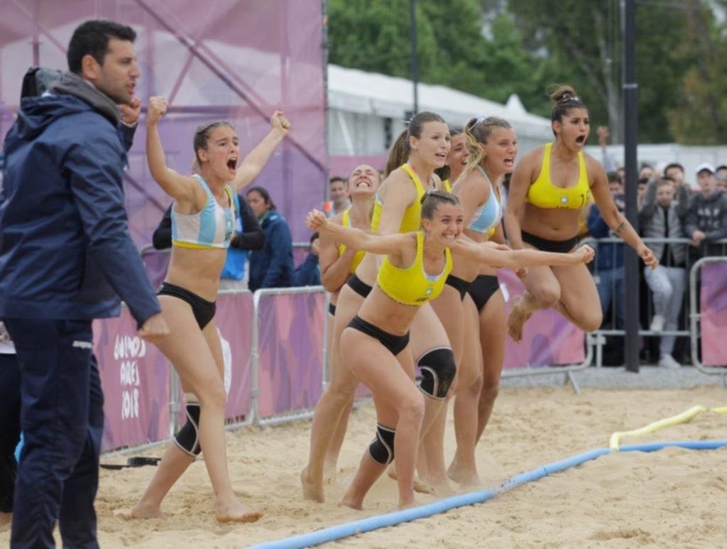 Las chicas del beach handball defienden su indumentaria