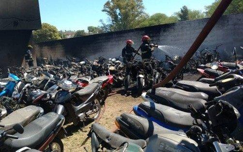 Córdoba: policías hicieron un asado y quemaron 77 motos
