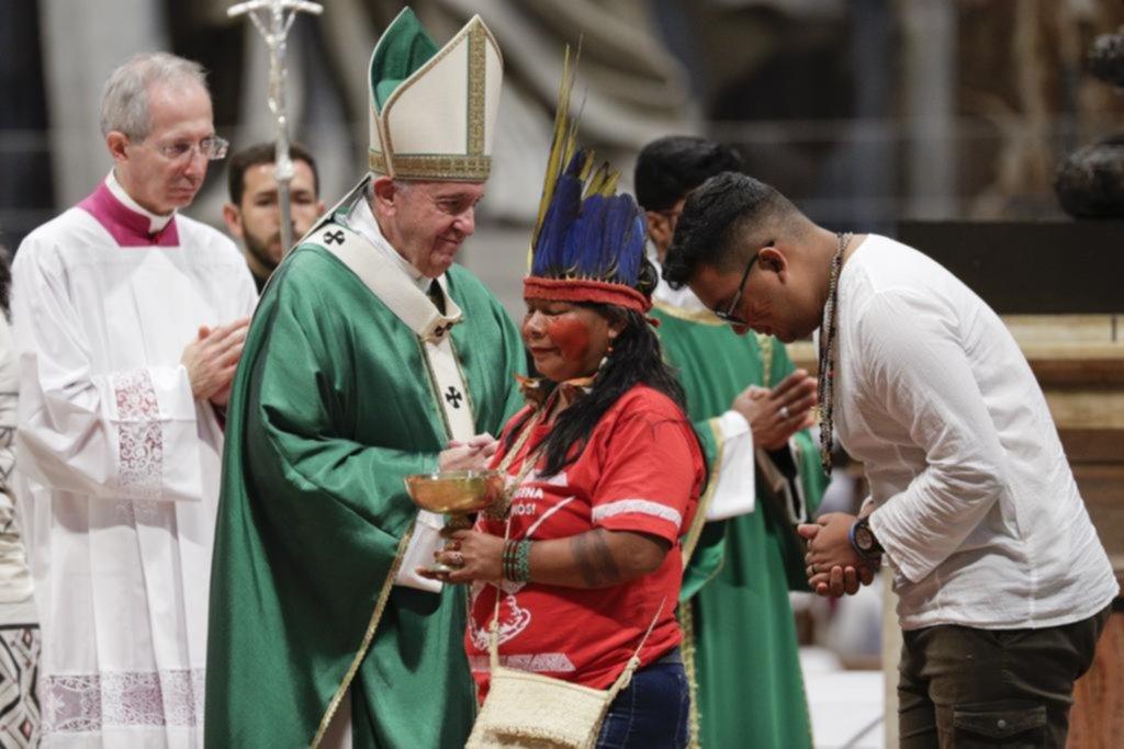 """El Papa condenó los """"intereses"""" que causaron los incendios, al abrir el sínodo del Amazonas"""
